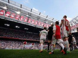 Ajax, la vittoria con il Lione scatena una festa incredibile fuori Johan Cruijff Arena - (VIDEO)