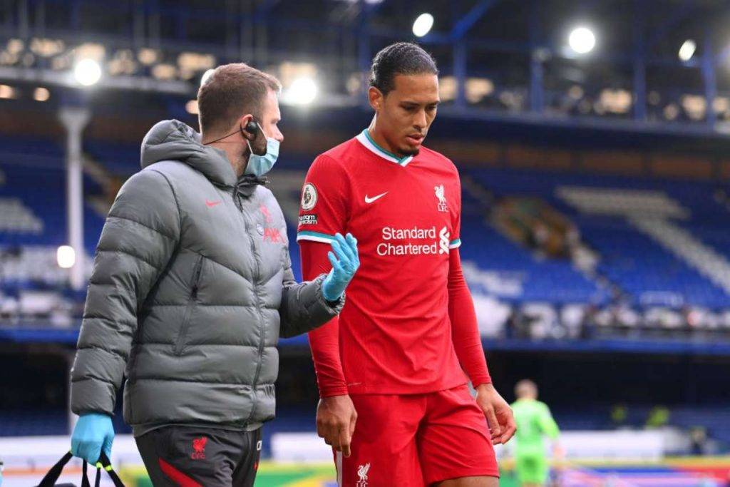 Liverpool, stagione finita per Van Dijk? Terribile infortunio nel derby